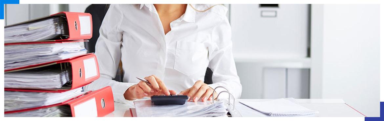 kobieta wykonująca obliczenia na kalkulatorze